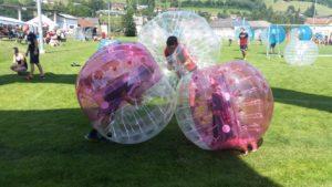Kinder spielen Bubblesoccer